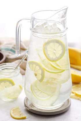 Una jarra de agua con limón.