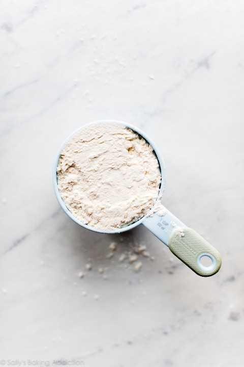 pastel casero sustituto de harina en taza medidora