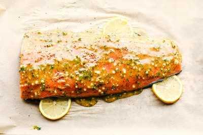 miel ajo dijon salmón asado en una sartén