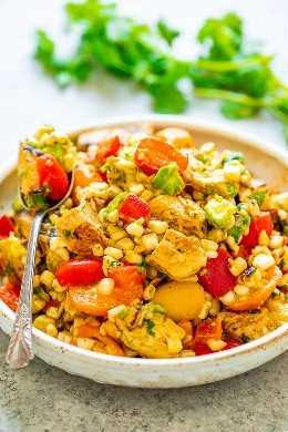 Ensalada de pollo y maíz a la parrilla: ¡una ensalada FÁCIL que está lista en 15 minutos y no podrás dejar de comerla! ¡Pollo tierno, maíz jugoso, pimientos y tomates crujientes, aguacate cremoso, cilantro y jugo de lima fresco para el WIN!