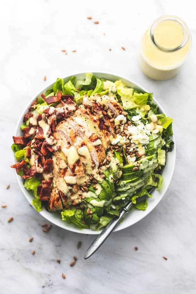 Ensalada de pollo, tocino y aguacate con aderezo de cebolla dulce Vidalia receta fácil de ensalada   lecremedelacrumb.com