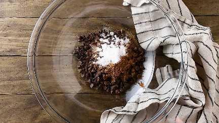 Chocolate, agua, cacao, azúcar y sal en un tazón grande.