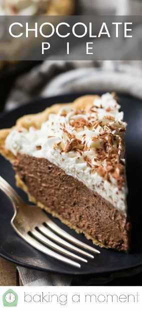 """Ciérrese encima de la imagen de una rebanada de pastel de crema de chocolate casero en un plato oscuro con un tenedor plateado y una superposición de texto arriba que dice """"Pastel de chocolate""""."""