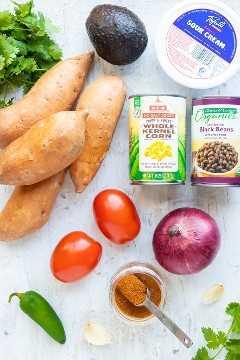 Mezcla de condimentos de camote, maíz, frijoles negros, tomate, cebolla y taco para una receta de camote relleno.