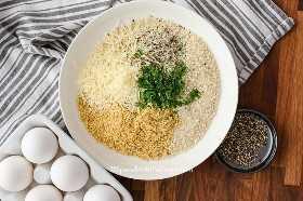 Ingredientes para hacer una capa crujiente para las pechugas de pollo con costra de parmesano