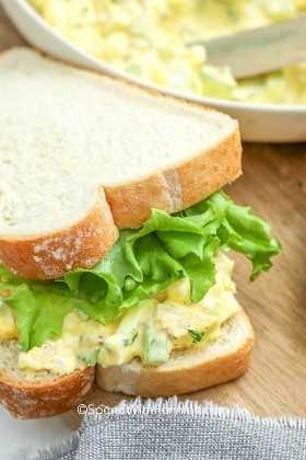 Sándwich de ensalada de huevo de atún con lechuga.