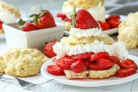 Un shortcake de fresa en un plato.