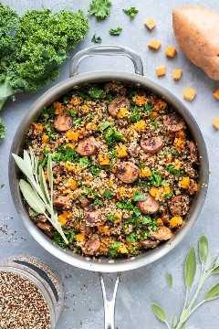 Una idea para una cena en una olla para batatas, quinua, salchichas y col rizada.