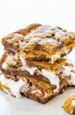 Barras Smores de galletas con chispas de chocolate: entre las capas de masa súper suave de galletas con chispas de chocolate, hay chocolate, malvaviscos y migajas de galletas Graham para los más deliciosos smodes de la historia. ¡¡FÁCIL y solo 4 ingredientes principales !!