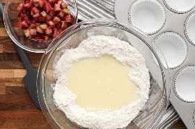 Ingredientes para muffins de ruibarbo en un tazón.