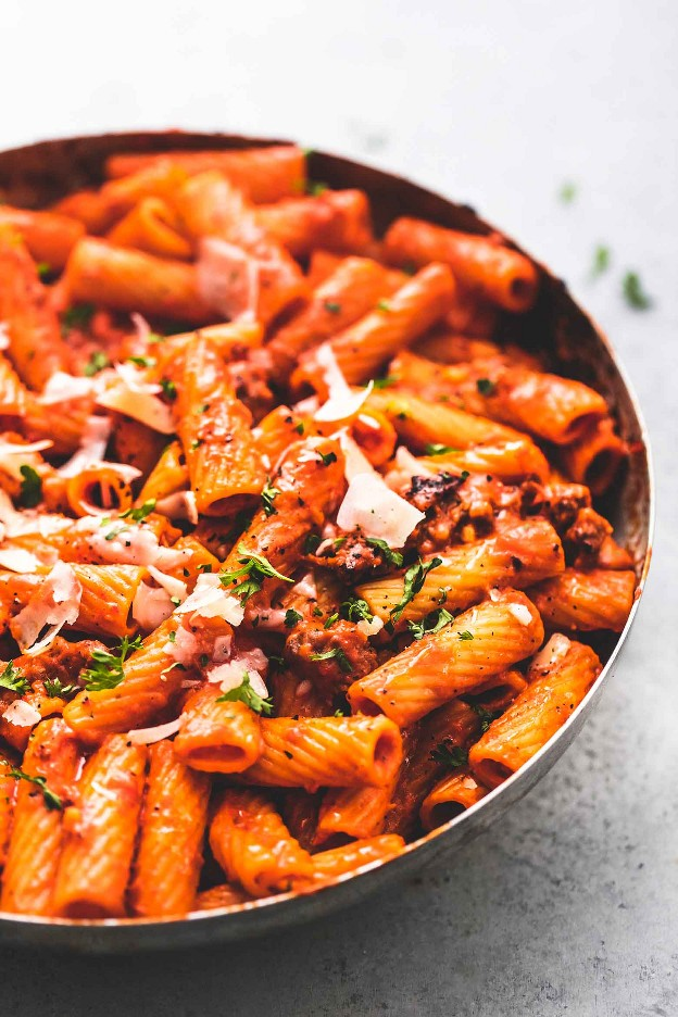 Massa de pimenta vermelha cremosa Receita fácil de macarrão de uma panela | lecremedelacrumb.com