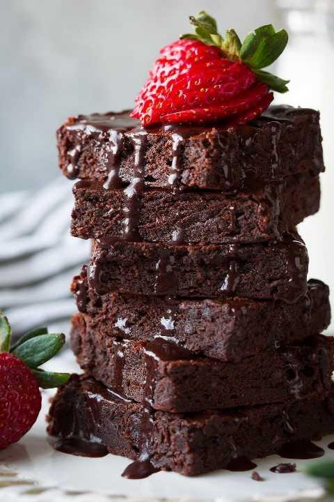 pila de brownies saludables con fresa en la parte superior
