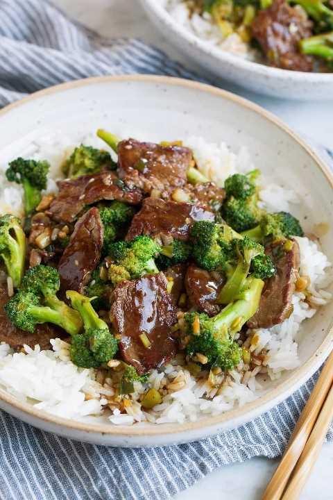 Carne e brócolis no arroz branco na tigela.