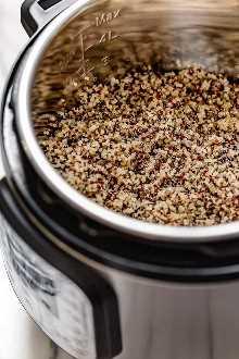 Un método infalible para hacer quinua perfecta y esponjosa en Instant Pot para agregar a ensaladas, platos y mucho más.