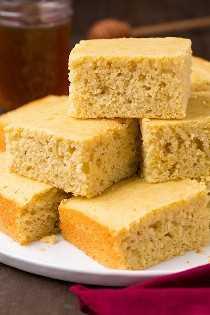 Los mejores cuadrados de pan de maíz apilados en un plato