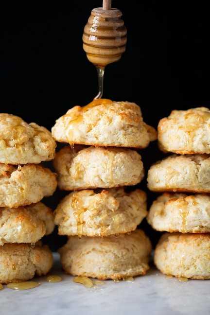 rociando miel sobre montones de galletas de suero de leche