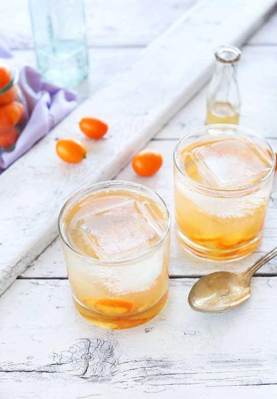Dos vasos de nuestra receta All Natural Gin and Tonic para la bebida perfecta de primavera
