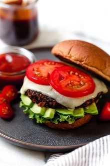 ¡Esta es una hamburguesa vegetariana que incluso a los amantes de la carne les encantará! Hecho con frijoles, avena, arroz integral, remolacha y muchas especias, esta hamburguesa vegetariana es un verdadero deleite para la multitud.