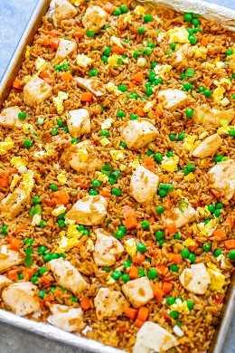 """Arroz frito com frango de 15 minutos no pão: """"arroz frito"""" MAIS SAUDÁVEL, que é realmente assado e não frito! Cheio de sabor autêntico e pronto mais rápido do que você pode pedir para ir! Perfeito para noites agitadas e uma família FAVORITA!"""