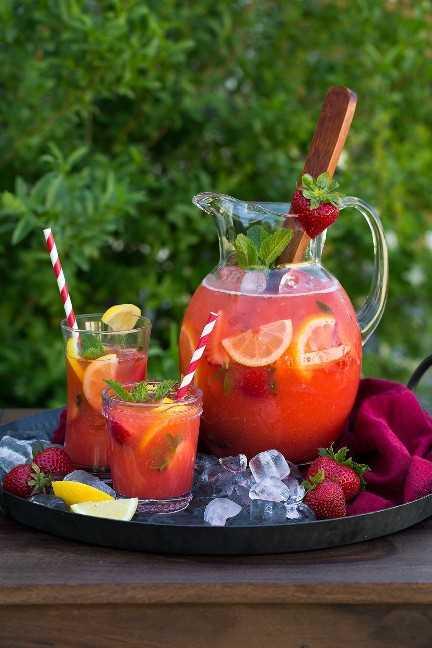 jarra y dos vasos de limonada de fresa en la bandeja