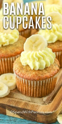 Pastelitos de plátano glaseados con un plátano en rodajas en la parte superior.