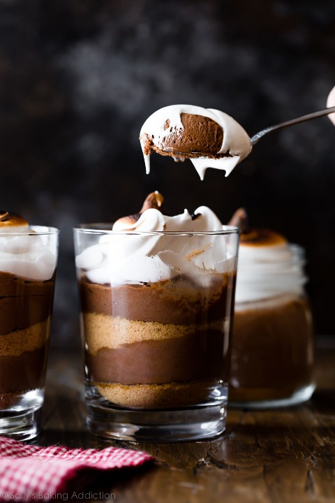 mousse de chocolate s'mores en un frasco