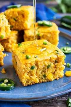 Una llovizna de miel se vierte en un pedazo de pan de maíz jalapeño.