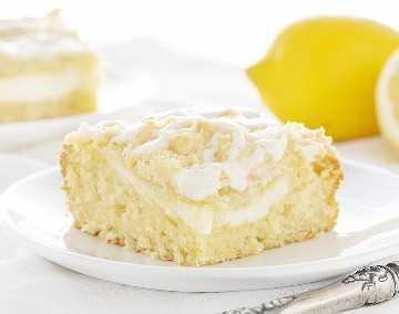 Rebanada de pastel de café con crema de limón y queso