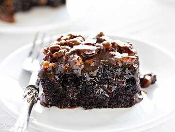 Pastel de chocolate negro con glaseado de nuez y mantequilla