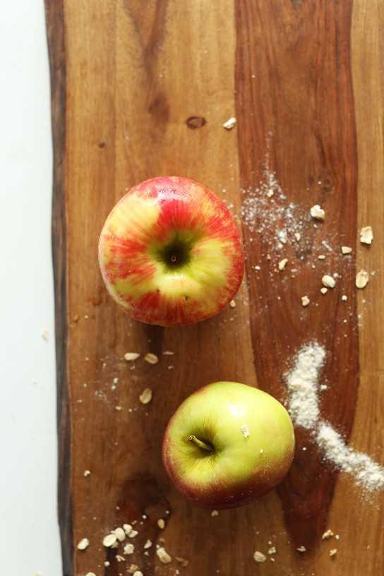 Tabla de cortar con manzanas para hacer pastel de pan de jengibre de manzana vegano