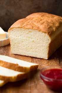 Pan sin gluten sobre tabla para cortar madera