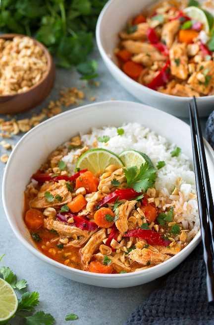 Thai Chicken Curry en un tazón con palillos negros al lado