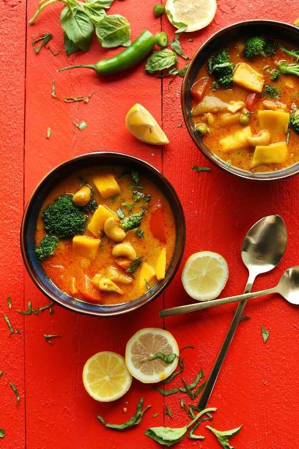 Dos tazones de nuestra receta de Thai Curry Mango Amarillo para una cena vegana fácil sin gluten