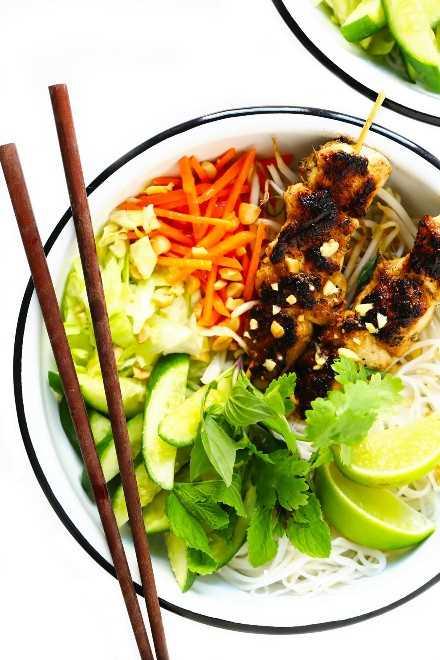Tigelas vietnamitas de frango com macarrão de limão