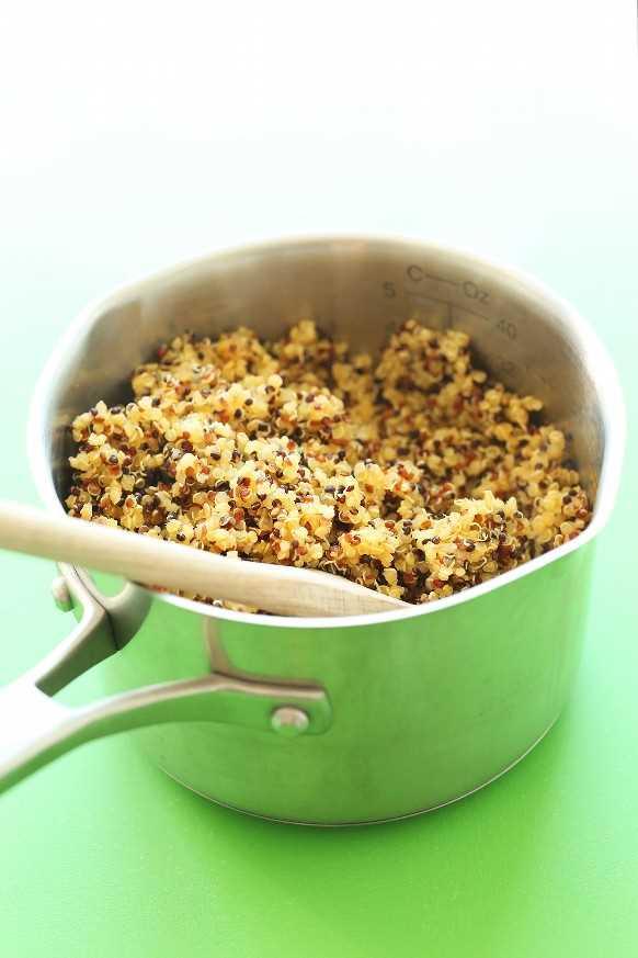 Olla de quinua recién cocida para hacer carne vegana de taco de quinua