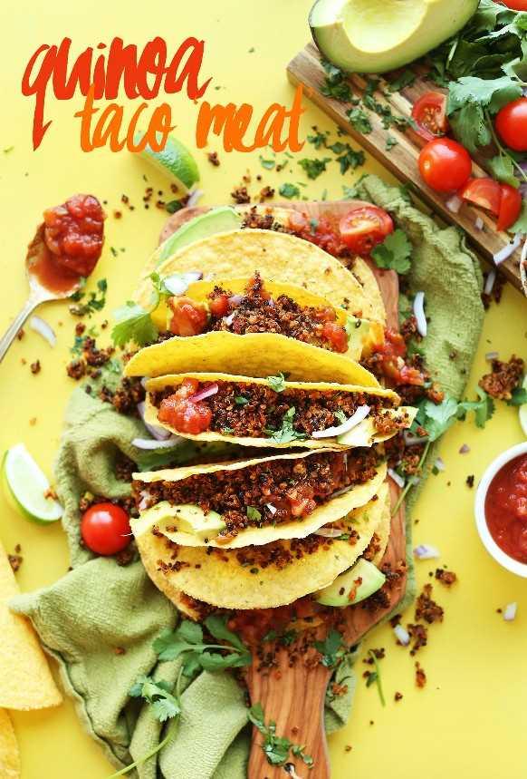 Tortillas de maíz rellenas de carne de taco de quinua vegana casera para una comida a base de plantas sin gluten