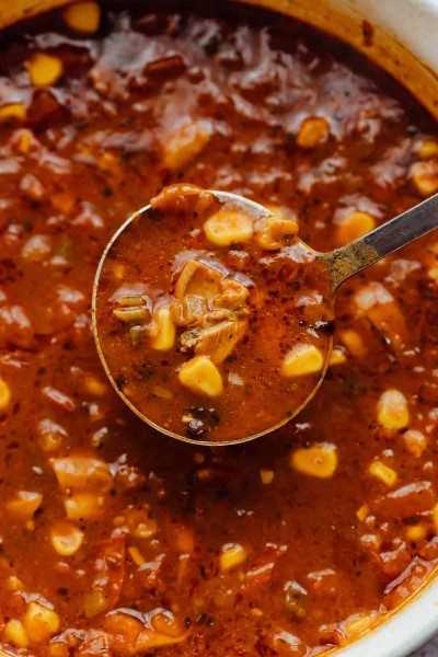 Primer plano de una cucharada de sopa de tortilla de pollo