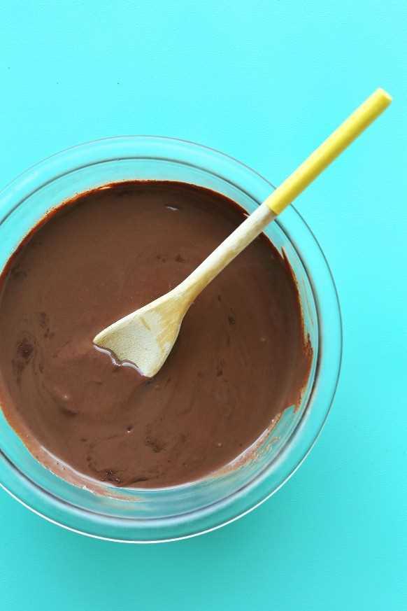 Mezclando una rica y cremosa mezcla de chocolate para nuestra receta vegana de helado de chocolate