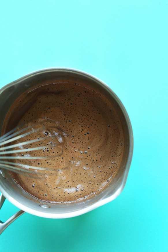 Batir chocolate para hacer helado de chocolate vegano