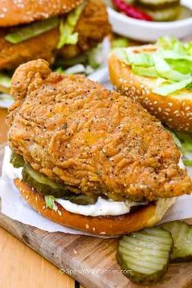 Sandwich de pollo crujiente con pepinillos, lechuga y mayonesa