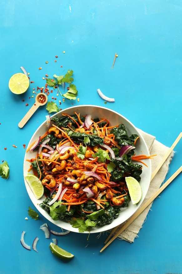 Un gran plato de nuestra sabrosa ensalada tailandesa de zanahoria con anacardos al curry para una comida vegana dulce y crujiente
