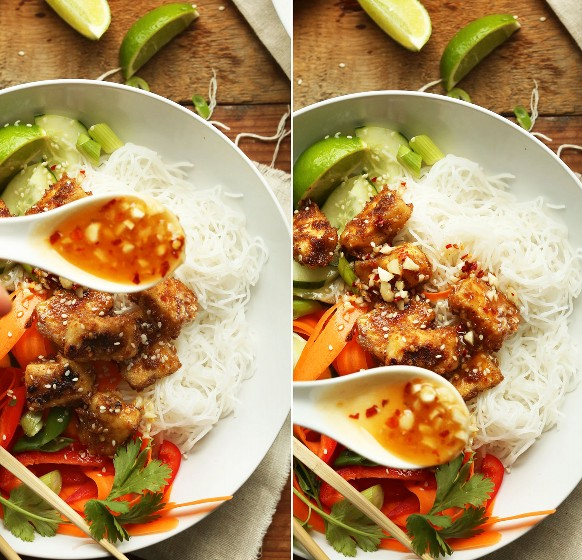 Verter la salsa en tazones de fideos tailandeses con crujiente de tofu con mantequilla de almendras