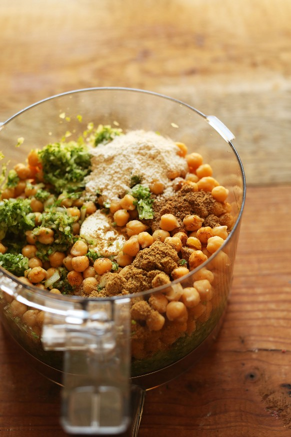 Procesador de alimentos con ingredientes para hacer falafel vegano sin gluten para una comida a base de plantas