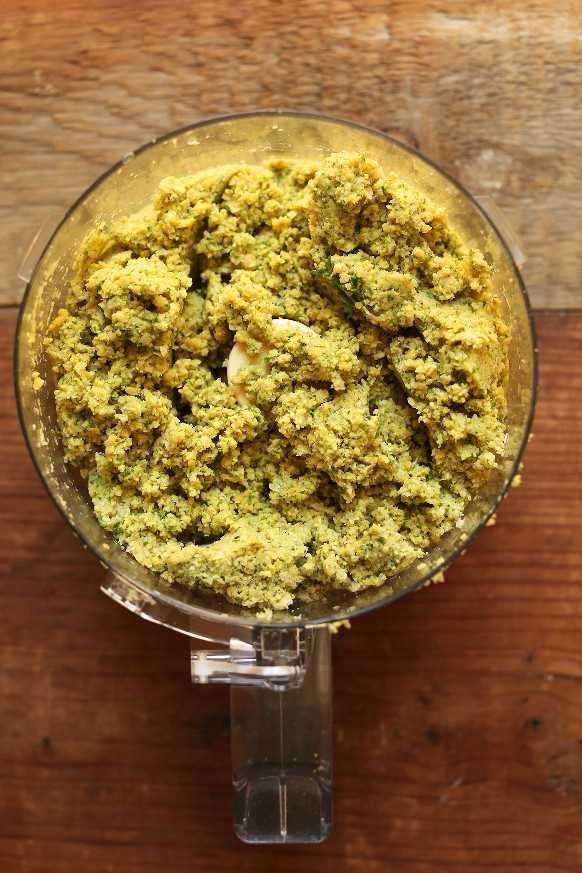 Procesador de alimentos con masa de falafel vegana sin gluten recién mezclada