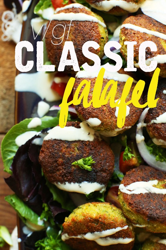 Nuestra receta clásica de falafel vegano sobre hojas de lechuga fresca para un almuerzo repleto de proteínas