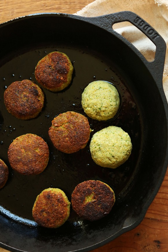 Dorar el falafel vegano sin gluten en una sartén de hierro fundido para una comida a base de plantas