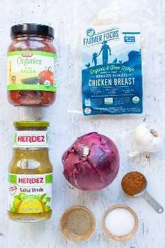 O molho, a cebola, os peitos de frango, a cebola roxa e o tempero do taco são misturados como ingredientes em uma receita instantânea de frango esmagado no pote.