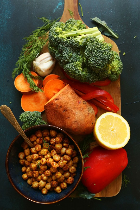 Garbanzos, limón, camote, pimiento, brócoli y ajo para hacer una comida vegana saludable