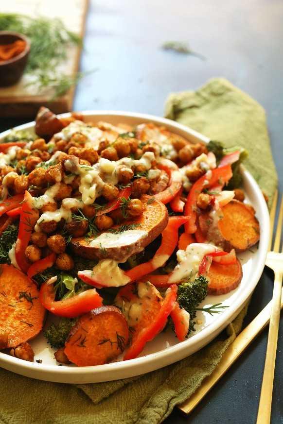 Toma de primer plano de nuestra ensalada de garbanzos con brócoli y batata de 30 minutos para una comida vegana durante la semana