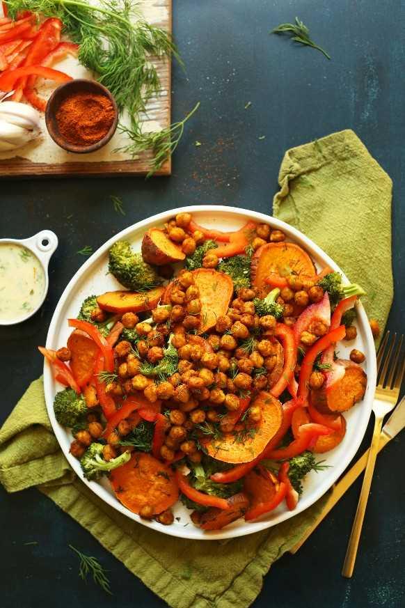 Una gran porción de nuestra sabrosa ensalada de garbanzos con camote y brócoli para una comida a base de plantas sin gluten